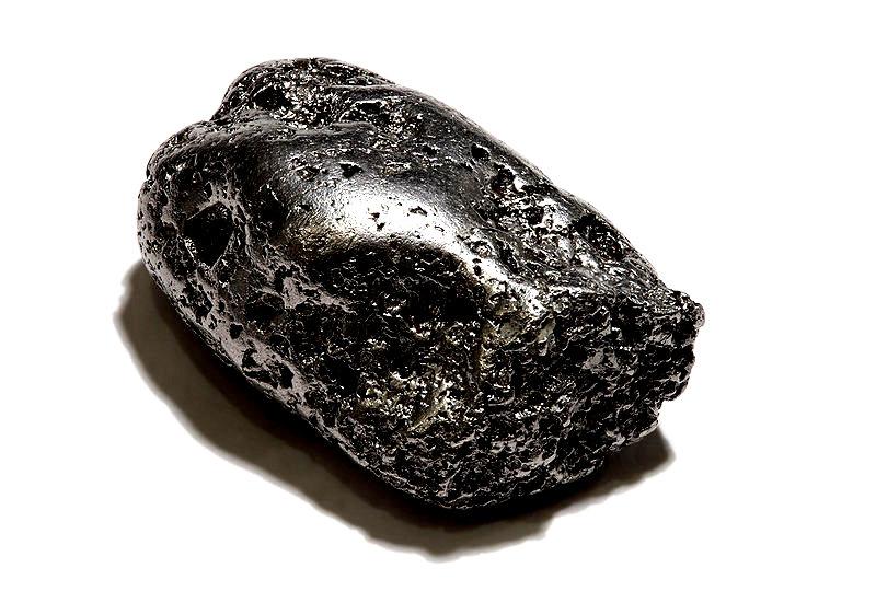 Samorodek platyny z kopalni w masywie Kondjor (Kraj Chabarowski, Rosja). Wymiary ok. 35 × 23 × 14 mm, masa ok 112 g. Kolekcja M. R. fot. wikipedia